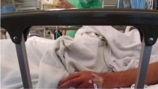 อับดุลเลาะ อีซอมูซอ รักษาตัวที่โรงพยาบาลหลังจากหมดสติระหว่างถูกคุมตัวโดยทหาร