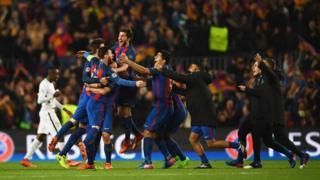 Barcelonalı futbolcular turun sevincini yaşıyor