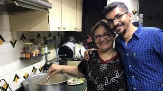 موظف غوغل السابق مناف كباديا مع والدته