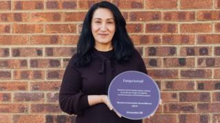 فانيا اسماعيل وهي تحمل جائزة InnovateUK