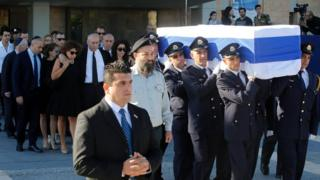 Şimon Peres'in naaşının konduğu İsrail bayrağına sarılı tabut taşınıyor