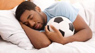 شخص ينام وبيده كرة