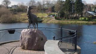 基洛格林鎮的山羊國王銅像