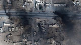 Sawirro dayax-gacmeed qaaday oo muujinaya taayirro ku gubanaya wadada gasha Mosul