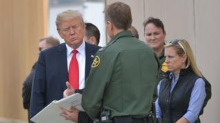 Donald Trump visita los prototipos del muro fronterizo