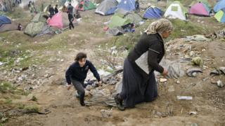 A woman and child in the Idomeni camp (07 March 2016)