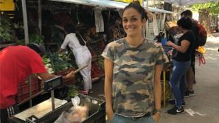 A decoradora de móveis Magdalena Kraft posa para foto em uma feira livre