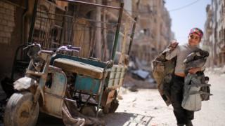เด็กน้อยเดินอยู่ท่ามกลางซากความเสียหายในเมืองดูมา ของซีเรีย