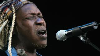 Le musicien Geoffrey Oryema avait fui l'Ouganda en 1977, caché dans le coffre d'une voiture.