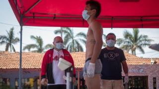 Nicaraguan boxing promoter Rosendo Álvarez watched the weigh-in while wearing a mask