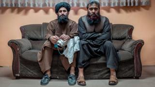 Bari y Sultan en un sofá, posando para la BBC.