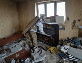 سرباز ارتش اوکراین در خانهای ویران در جبهه جنگ در منطقه دونتسک پیانو مینوازد. از ابتدای جنگ در آوریل سال 2014 تا کنون حدود ده هزار نفر در دونتسک شرقی و لوهانسک جان خود را از دست دادهاند