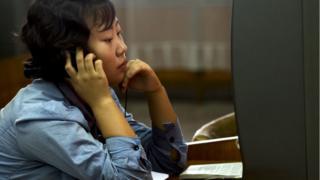 평양 중앙도서관에서 DVD를 보는 북한 여성 (자료사진)