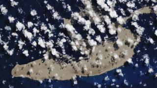 ภาพถ่ายดาวเทียมของนาซาเมื่อวันที่ 13 ส.ค. แสดงให้เห็นแพหินภูเขาไฟขนาดยักษ์ในมหาสมุทรแปซิฟิกตอนใต้
