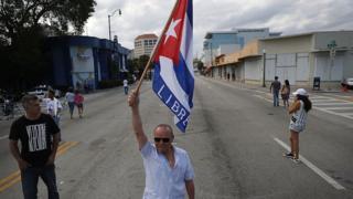 Foto de un cubano celebrando el fallecimiento de Fidel Castro en 2016 en las calles de Miami.