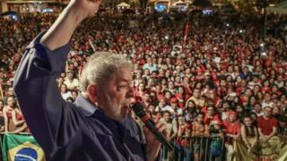 Lula fala ao microfone para multidão durante caravana a Estados do Nordeste