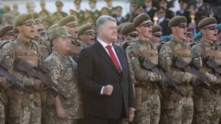 Президент Порошенко на параді з військовими, які кричать