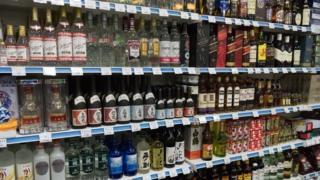 Một cửa hàng ở Bình Nhưỡng bày bán rượu nhập khẩu - nhiều loại trong số này bị cấm theo lệnh trừng phạt của LHQ