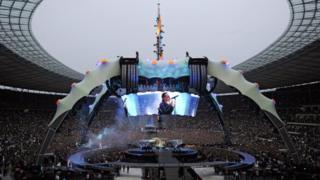 Le groupe de rock U2 en concert au stade olympique de Berlin en 2009