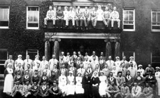 Patients and staff at Aldridge Manor, 1918