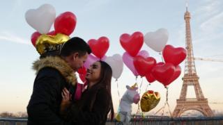 Закохана пара біля Ейфелевої вежі