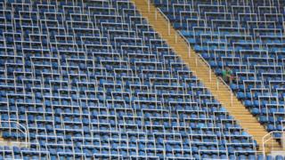 Espectador em partida de futebol feminino entre Suécia e África do Sul, no Estádio Nilton Santos