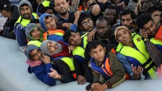 Refugiados en una balsa.