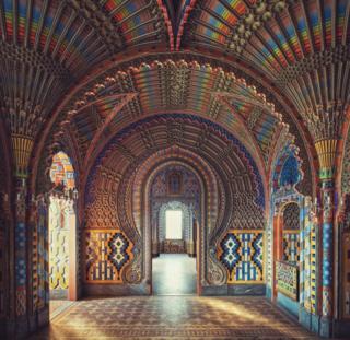 Замок в Италии - богато украшенная зала