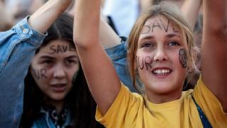 """Спасите наш мир"", - написано на лицах протестующих в Брюсселе"