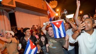 Decenas de cubano-estadounidenses salieron a la calle tras la muerte de Fidel Castro.