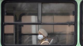 Mujer con tapaboca en autobús