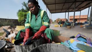 Woman dey wash cloth