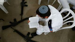 ชาวยิวนั่งอ่านหนังสือ