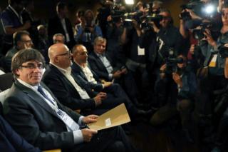 El presidente de Cataluña, Carles Puigdemont (izquierda, mirando a cámara), en la reunión extraordinaria del PDeCAT en Barcelona el 18 de octubre de 2017.