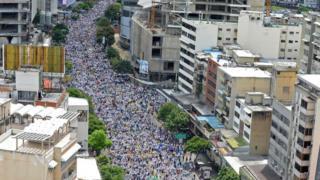 Multidão nas ruas de Caracas