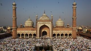 जामा मस्जिद में ईद की नमाज़ अदा करते हुए मुसलमान