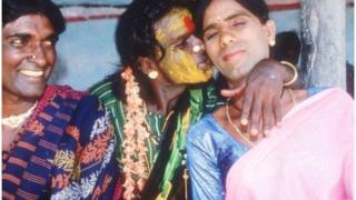Eunucos se abraçam em um quarto de hotel em 1994 na Índia