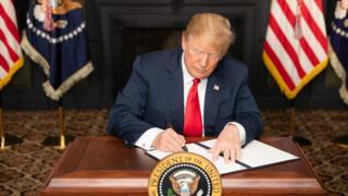 ترامپ در حال امضای بیانیه درباره بازگرداندن تحریمها علیه ایران