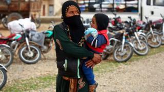 نازحة سورية فرت من مدينة الطبقة القريبة من الرقة بعد اشاعة خبر انهيار السد