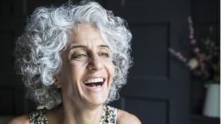Mujer madura riéndose.