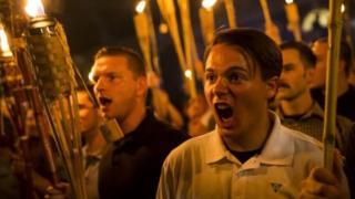 นายปีเตอร์ ซเยทาโนวิช (ขวา) แย้งว่าเขาไม่ใช่พวกเหยียดเชื้อชาติที่กำลังคลุ้มคลั่งดังที่ปรากฏในภาพ