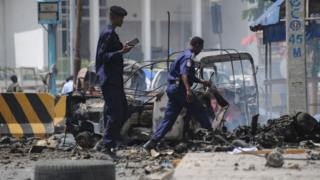 Le site des explosions devant le bâtiment du ministère de l'Intérieur à Mogadiscio, la capitale.