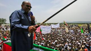 Sudan President Oma al-Bashir dey give speech for im visit to di village of Shattaya for South Darfur.