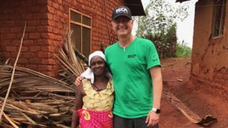 Cientista brasileiro com idosa em vilarejo da Tanzânia