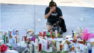سيدة تبكي في موقع النصب التذكارى لضحايا هجوم لاس فيجاس