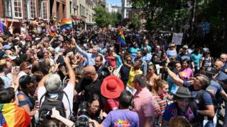 حشود غفيرة من الناس