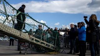 Gemiyle kurtarıldıktan sonra İtalya'ya ayak basan bir göçmen