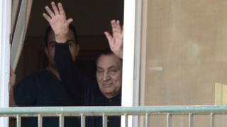 Мубарак машет сторонникам из окна военного госпиталя