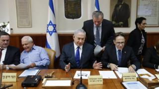 Премьер-министр Израиля (в центре) говорил об эскалации конфликта между Саудовской Аравией и Ираном на еженедельном заседании правительства