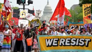 در واشنگتن با وجود گرمای کم سابقه بهاری، هزاران نفر به خیابان رفتند